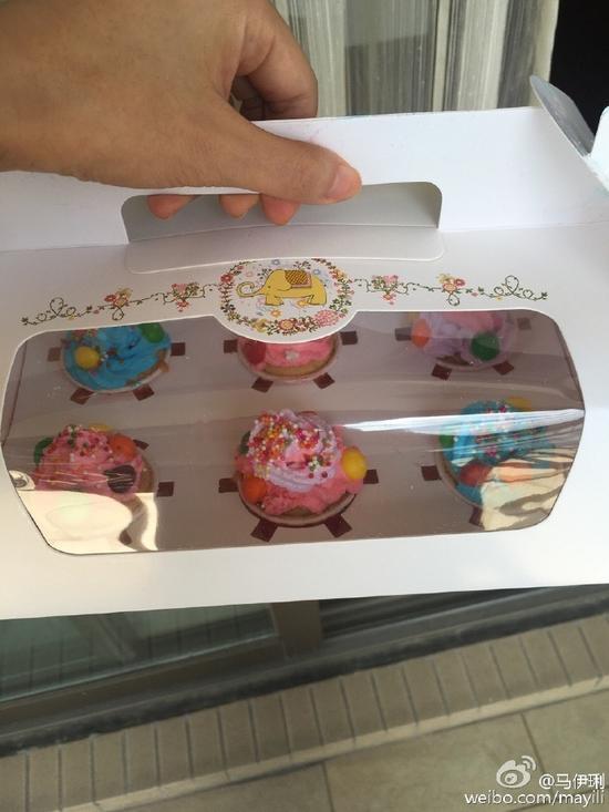 爱马将蛋糕带去学校