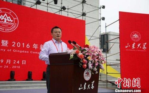 """山东大学校长张荣在仪式上以""""新起点、新希望、新辉煌""""为主题寄语2016级新生。 胡耀杰 摄"""