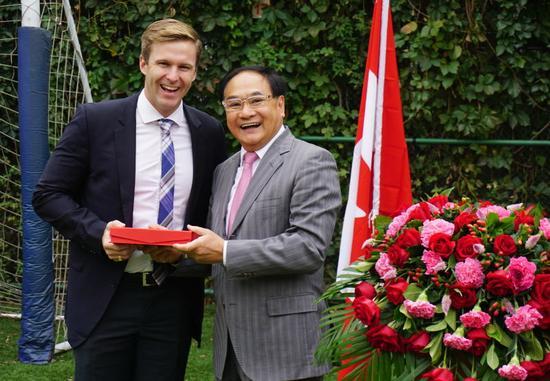加拿大新不伦瑞克省省长接受加皇教育集团彭建华博士所赠纪念品