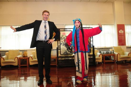 加拿大新不伦瑞克省省长和北京中加学生表演京剧