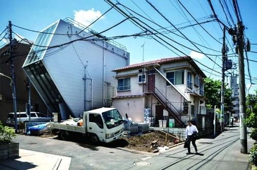 由于法律允许业主自由改建重建房屋,在东京的居民区中出现形状怪异的建筑不足为奇。