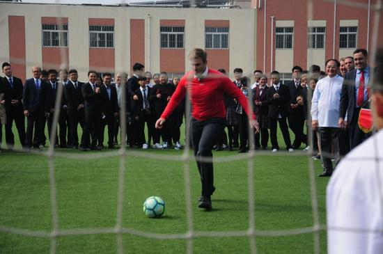 加拿大新不伦瑞克省省长同加皇教育集团彭建华博士参加友谊足球赛