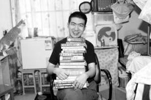 10月23日,中南大学铁道校区,莫天池抱着他这两年看过的部分英语书。图/记者华剑
