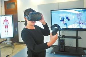 """川大开VR""""解剖课"""" 学生可""""拿""""器官观察(图)"""