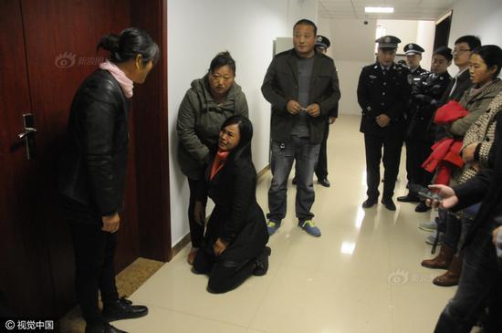 图为陈某母亲跪求受害人家属原谅。