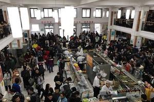 北大学生被曝在食堂站着吃饭 校方回应(图)