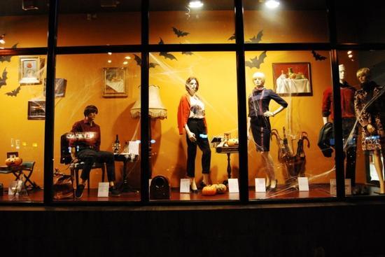 各大商店纷纷在十月中旬左右就布置好了万圣节主题的橱窗装饰