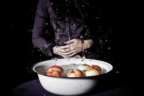 游戏中,参赛者不能用手碰苹果,只能用牙来咬苹果