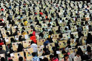 壮观:两千多名考生同场作画备战艺考(图)