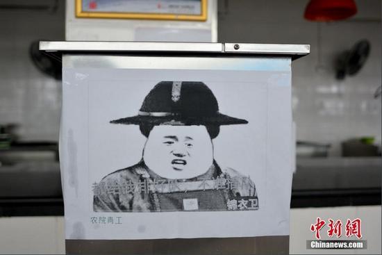 """""""魔性""""表情包告示牌在四川农业大学食堂随处可见。"""