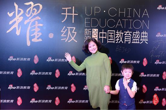 鞠萍姐姐与小童星黄子沅在新浪2016中国教育盛典红毯