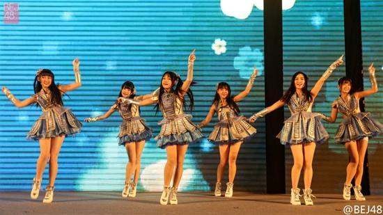 BEJ48在新浪2016中国教育盛典开场热舞