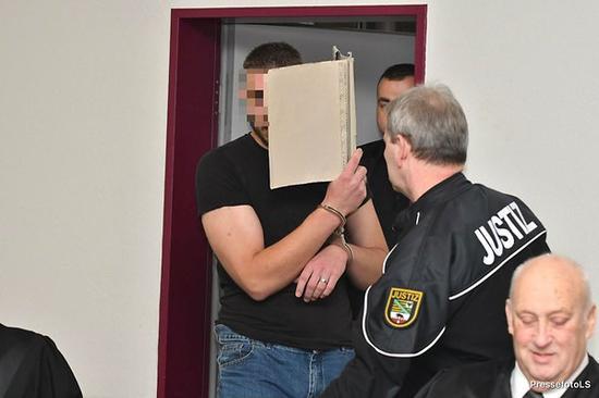 男被告塞巴斯蒂安在庭上始终遮挡面部