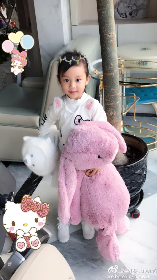 甜馨怀抱王源送的玩偶娃娃