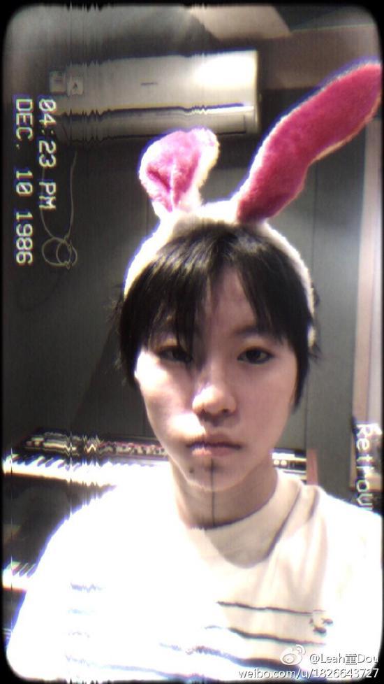 窦靖童头戴粉红兔耳朵