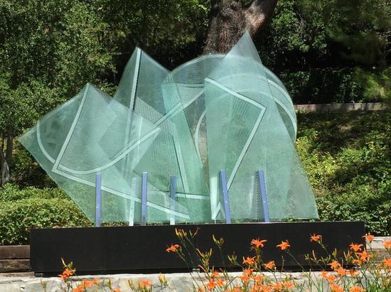 Harvard Westlake校园内的玻璃钢雕塑
