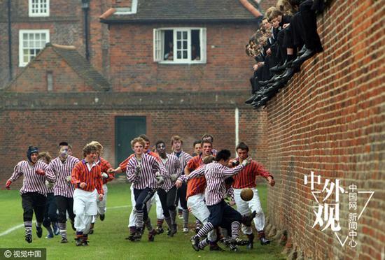"""英国私立男校伊顿公学是英国最有名的男校之一,以""""精英摇篮""""、""""绅士文化""""闻名世界。图为伊顿公学的男生们进行一种类似橄榄球和足球""""混合体""""的传统比赛。(Christopher Furlong 视觉中国)"""