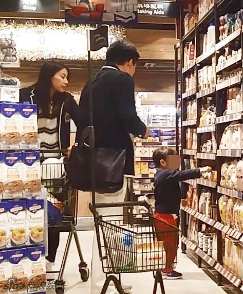 郭晶晶一家三口逛超市