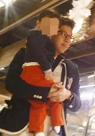 图为霍启刚抱着儿子霍中曦