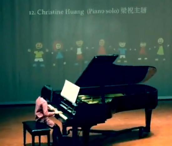 多多弹奏钢琴