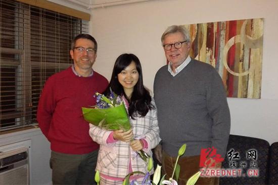 罗格斯大学校领导看望肖雅清(左为艾瑞克博士,罗格斯大学国际及全球事务副校长;右为理查德·爱德华兹博士,罗格斯大学校长)。