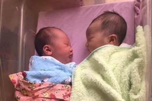 美国母亲生下跨年双胞胎 相差几分钟生日不同年