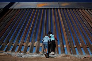 特朗普誓言防非法移民入境 美墨边境篱笆变高墙