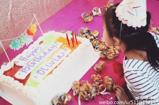 奥莉吹生日蛋糕蜡烛