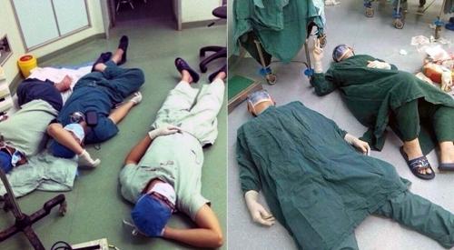 手术后医生护士累倒在地