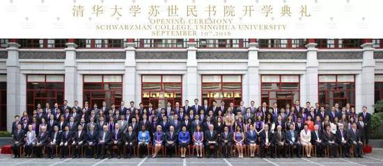 苏世民书院首届开学典礼后,书院学生和刘延东副总理合影留念。兴奋不已的书院学生在元旦前将这张照片制作成了新年贺卡并在背面一一签名之后送给了刘延东副总理。
