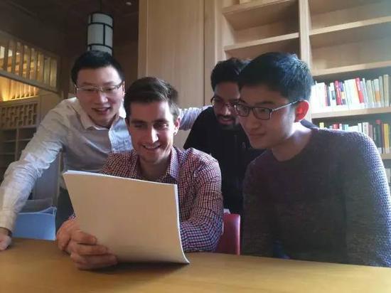 春节期间仍留在书院学习的王者(中国,左一)、常然(Anurag Chandran,印度,右二)、罗泰(Tyler Ross,美国,左二)、萧立勋(中国台湾,右一)在阅读刘延东副总理的回信。