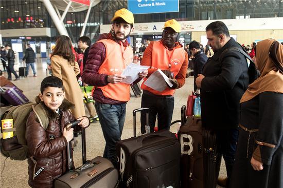 外国志愿者帮助从武汉到广州的伊拉克5口之家。新华社记者吴植摄