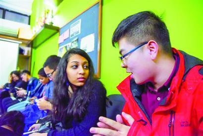 王航与印度学生交流