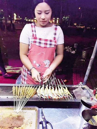 张霞正在烤制小黄鱼,味道让不少永川人赞不绝口。