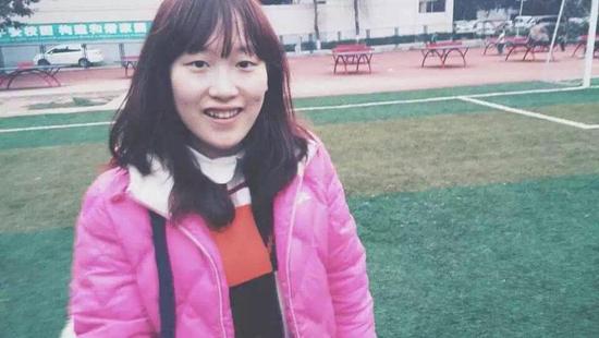 贺莹莹,她是一个标准的学霸。除了认真打好专业知识基础,她也选择学习自己喜欢的法语和日语。目前她已取得了学院保研资格,也成功被广东外语外贸大学录取。