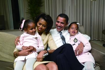 2004年11月2日,美国芝加哥,当时还是民主党参议员候选人的奥巴马和家人在芝加哥旅馆中。本版图片来源 CFP