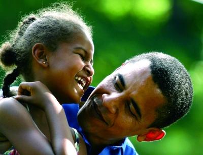 2007年7月4日,美国艾奥瓦州,当时作为民主党总候选人的奥巴马和女儿萨莎在一个竞选场所开心交流。本版图片来源 CFP
