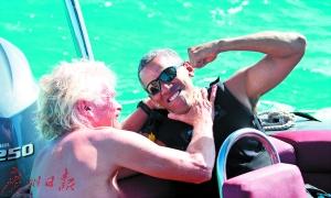 布兰森(左)闹着玩地双手握着奥巴马的脖子。