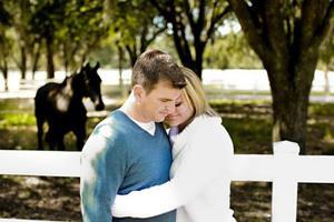 资料图片:拥抱可以抚慰人心,给予依靠。