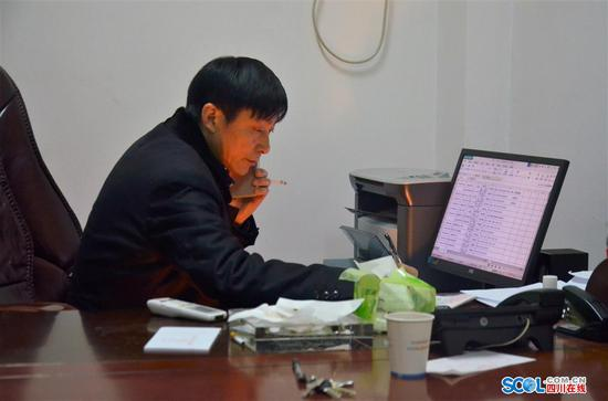 贾芝华接到求助电话后开始忙着记录