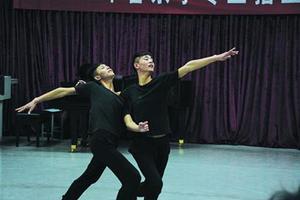 山东双胞胎同场参加艺考 为圆梦苦练双人舞