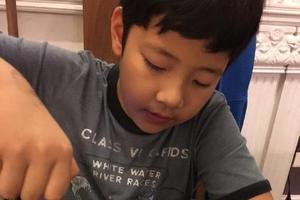 郭涛晒儿子戴墨镜帅照 小学霸就读国际学校