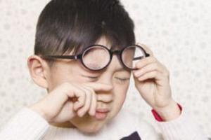 我国学生视力不良检出率惊人 零食控当心得近视