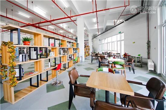 图为图书馆內景。