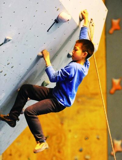 徐梓期在攀岩馆刻苦训练。