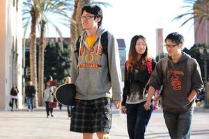 中国留学生身处异国约束少 心归何处需思量