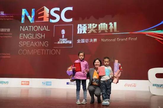 VIPKID联合创始人陈媛(中)为黄星云(右)和伍辰和(左)颁发VIPKID风采之星奖。