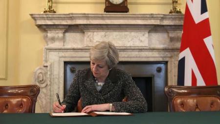 """英国首相特蕾莎•梅当地时间周二签署关于《里斯本条约》第50条的信件,正式启动""""脱欧""""外部程序"""