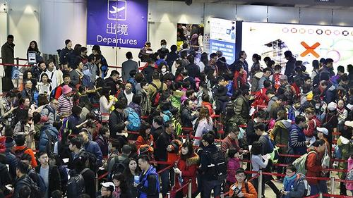 搭机不怕客满而座位拥挤,就怕航空公司机票超卖而拒载,上不了飞机。(美国《世界日报》资料图)