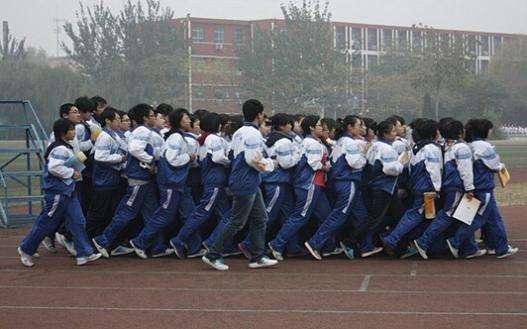 衡水中学学生带书跑操